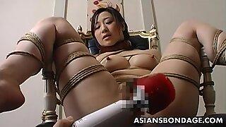 Escravidão extrema e foda vibrador para uma Ásia bébé