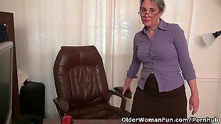 Velha secretária kelli tiras e dedos dela peludas cona