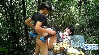 Prostituta asiática gorduchas em meias fica fodida sem preservativo