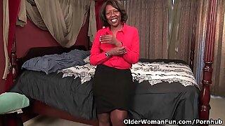 Negras Milf Amanda revela seu corpo banquete e funciona sua cona rosa