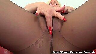 Brit avó Lacey Starr gosta de expor suas mamas grandes e dildo