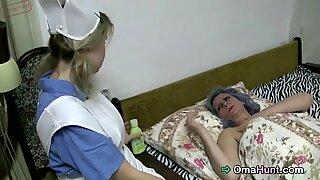 Avózinha e enfermeira brincando com conas