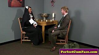 Plump brit freira a chupar a pixa até o rosto torcer