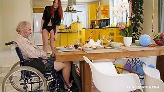 Vovô deficiente fica com a garganta afogada por novinhas sobrinha ruiva