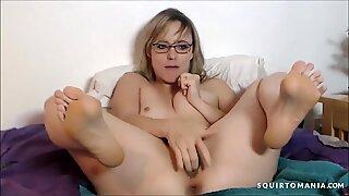 Loira Milf com Óculos Squirting
