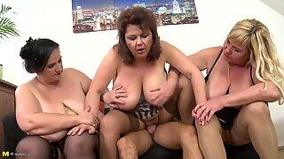 Três maduras mamalhuda mamãs vs um filho jovem