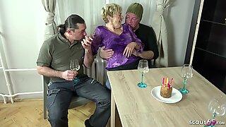 Velho avó seduzir 2 jovens rapazes para foder em seu aniverso