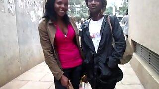 Africanos amadoras lésbicas produzindo fora em casa de banho