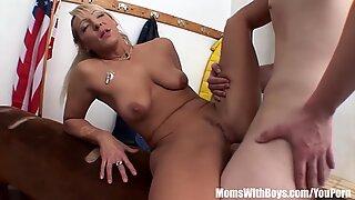 Caralhos velho e jovem sexo no vestiário