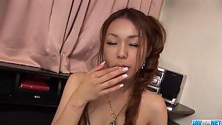Travessa Sakura Hirota brinca com sua calorosa cona