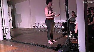 Meg Foley pede ao público para expor seus peitos gordurosos