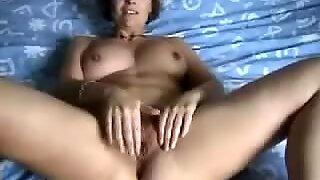 Mature wifey fingerblasting herself
