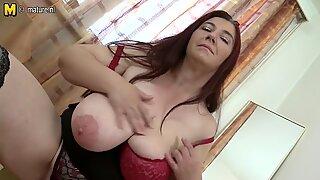 Big breasted mamãe brincando com seus seios e cona
