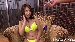 Querida Chinês espalhou suas lindas Pernas e conseguiu um orgasmo das vibrações de seu grande brinquedo.