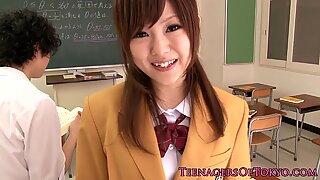 Estudante japonesas chupando caralhos em sala de aula