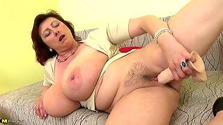 Maduras rainha mamãe com peitos gigantes e vadia faminta