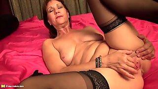 Mãe sexy com peitos flácidos e muff