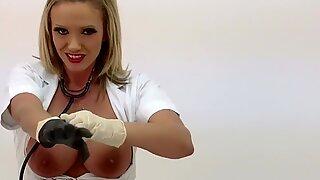 Loira puma Lucy Zara ordenha em roupa de enfermeiras usando couro luvas