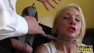 Facefucked brit avó vincada feminina em seu cu