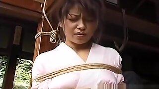 Rapariga asiática no quimono amarrada e sessão bdsm