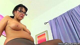 UK milf Eva Jayne loves dildoing her hungry pussy