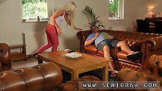 Jovem rapariga chupando velho avô phillipe está dormindo no sofá