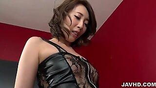 Aya Kisaki em saltos altos brinca com caralhos