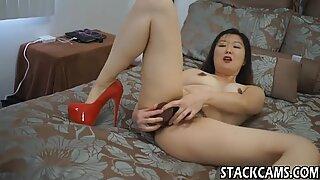 Asiático em saltos altos se masturba